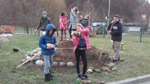 Urejanje zeliščne spirale na šolskem ekovrtu